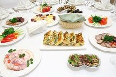 承办宴席-服务的桌用各种各样的冷的开胃菜 免版税库存照片