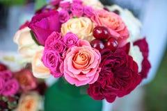 承办宴席(美丽的玫瑰花束用甜樱桃) 库存图片