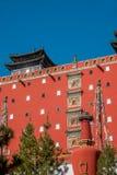承德避暑山庄在红色的寺庙的河北普陀山和披风耸立 免版税库存图片