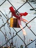 承诺与丝带和锁的树篱沿河 免版税库存图片