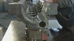 技工与柴油引擎一起使用 引擎维修服务关闭 在现有量工具 股票视频