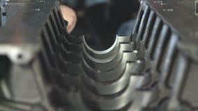 技工与柴油引擎一起使用 引擎维修服务关闭 在现有量工具 影视素材