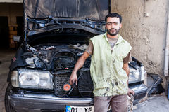 技工修理一辆老汽车的引擎 免版税库存照片