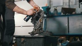 技工修理引擎,与特别液体的治疗 影视素材