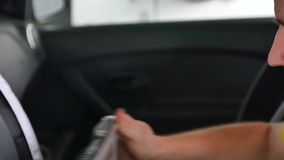 技工和汽车数据读书控制台近景  影视素材