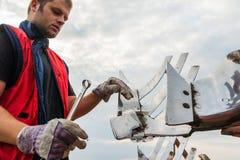 技工在拖拉机的定象犁 免版税库存图片