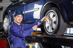 技工填装的空气到在车库的车胎里 库存图片