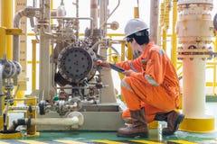技工审查员工程师原油在近海气体平台的离心泵和润滑油系统的校验状态 免版税库存图片