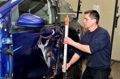 技工开始修理损坏的汽车 免版税库存照片