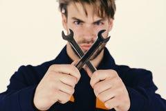 技工或水管工有扳手的在手上 为修理或加强细节的扳手仪器 免版税图库摄影