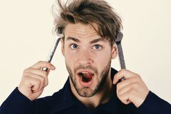技工或水管工有扳手的在手上 维护和修理概念 人在面孔附近拿着板钳工具 库存图片
