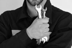 技工或水管工用金属扳手设备在手中 为修理或加强细节的扳手仪器 库存图片