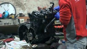 技工手动地拆卸摩托车引擎 股票视频