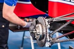 技工是回顾和修理引擎和supercar的一些机械零件 图库摄影