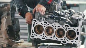 技工润滑发动机和修理的阀门块的齿轮它 股票视频