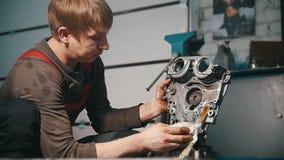 技工清洗发动机零件,抹,烘干,外形视图 股票视频