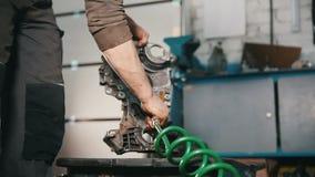 技工清洗发动机零件,烘干与气流 股票录像