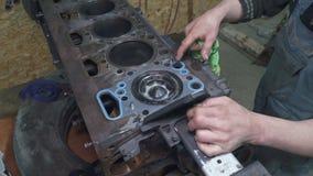 技工清洗并且修理卡车的引擎 股票录像