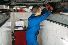 技工调整在立场的轮子角度 免版税库存图片