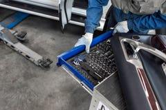 技工选择工具 为服务站的工具 扳手和插口喷管 库存图片