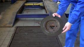 技工递显示被佩带的生锈的制动盘在车库 影视素材