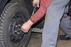 技工更换轮胎 库存照片