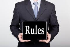 技术、互联网和网络在企业概念-拿着一台片剂个人计算机有规则的商人签字 互联网 库存图片