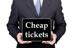 技术、互联网和网络在旅游业概念-拿着一台片剂个人计算机有便宜的票的商人签字 免版税库存照片