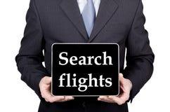 技术、互联网和网络在旅游业概念-拿着一台片剂个人计算机有查寻飞行的商人签字 免版税图库摄影