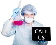技术、互联网和网络在医学概念 外科制服的医生,拿着烧瓶和数字式片剂个人计算机 免版税库存图片