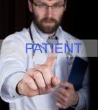 技术、互联网和网络在医学概念-医生按耐心按钮在虚屏上 免版税库存图片