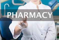 技术、互联网和网络在医学概念-医生按药房按钮在虚屏上 免版税库存图片