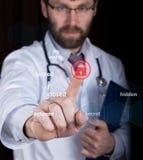 技术、互联网和网络在医学概念-医生按锁按钮在虚屏上 免版税图库摄影