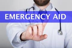 技术、互联网和网络在医学概念-医生按紧急援助按钮在虚屏上 免版税图库摄影