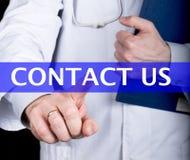 技术、互联网和网络在医学概念-医生新闻与我们联系按钮在虚屏上 免版税库存照片