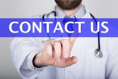 技术、互联网和网络在医学概念-医生新闻与我们联系按钮在虚屏上 库存照片