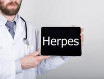 技术、互联网和网络在医学概念-篡改拿着一台片剂个人计算机有疱疹标志的 互联网 库存图片