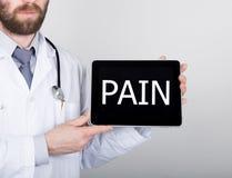 技术、互联网和网络在医学概念-篡改拿着一台片剂个人计算机有痛苦标志的 互联网 免版税库存图片