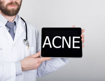 技术、互联网和网络在医学概念-篡改拿着一台片剂个人计算机有粉刺标志的 互联网 库存照片