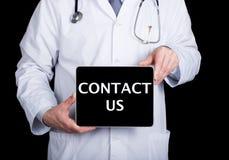 技术、互联网和网络在医学概念-篡改拿着一台片剂个人计算机有联络的我们标志 互联网 库存图片