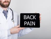 技术、互联网和网络在医学概念-篡改拿着一台片剂个人计算机有背部疼痛标志的 互联网 免版税库存图片