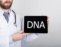 技术、互联网和网络在医学概念-篡改拿着一台片剂个人计算机有脱氧核糖核酸标志的 互联网 免版税图库摄影
