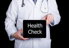 技术、互联网和网络在医学概念-篡改拿着一台片剂个人计算机有身体检查标志的 互联网 免版税库存照片