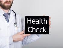 技术、互联网和网络在医学概念-篡改拿着一台片剂个人计算机有身体检查标志的 互联网 免版税图库摄影