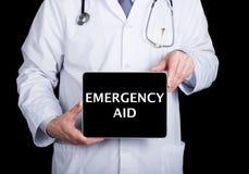 技术、互联网和网络在医学概念-篡改拿着一台片剂个人计算机有紧急援助标志的 互联网 免版税库存图片