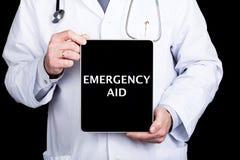 技术、互联网和网络在医学概念-篡改拿着一台片剂个人计算机有紧急援助标志的 互联网 库存图片
