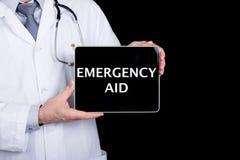 技术、互联网和网络在医学概念-篡改拿着一台片剂个人计算机有紧急援助标志的 互联网 免版税库存照片