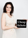 技术、互联网和网络-拿着有便宜的票的特写镜头成功的妇女一台片剂个人计算机签字 互联网 图库摄影