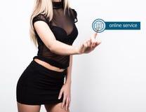 技术、互联网和网络概念 一条短的黑裙子和透明上面的美丽的妇女 妇女新闻 免版税库存照片