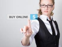 技术、互联网和网络概念 一件黑企业衬衣的美丽的妇女 妇女新闻购买网上按钮 库存图片
